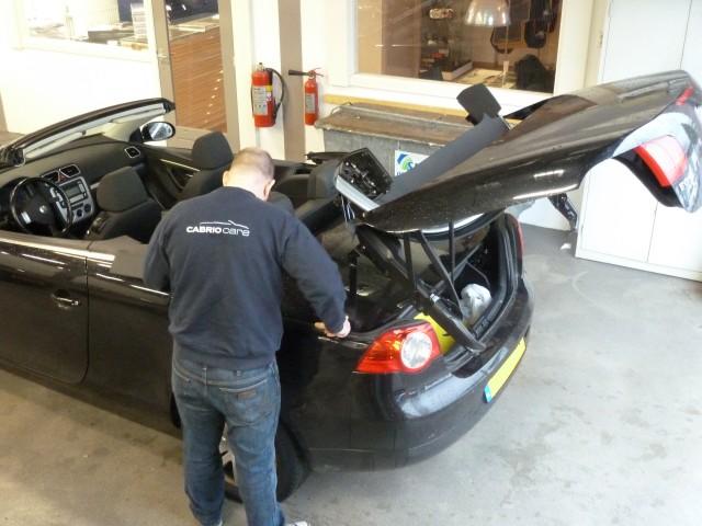 Cabriospecialist Pim werkt aan een Volkswagen EOS